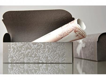 Invitación de boda pergamino en caja baul 34909