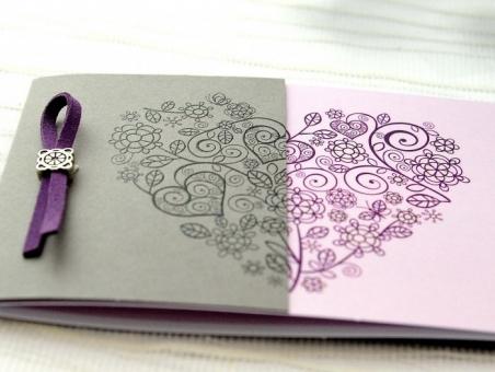 Invitación de boda elegante morada con corazon 32645