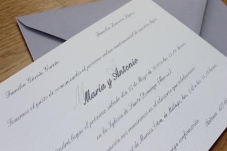 Invitaciones de boda clasicas elegantes sencillas sobre gris piedra