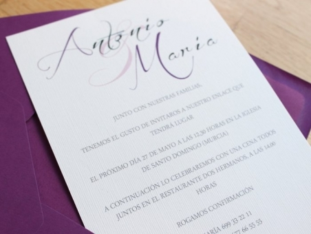 Invitaciones de boda clasicas elegantes sencillas sobre morado