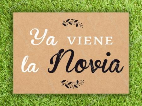 Cartel para boda YA VIENE LA NOVIA Kraft Laurel