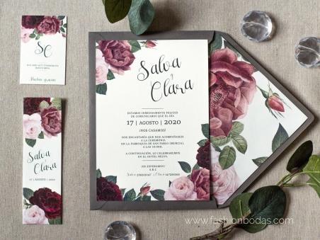 Invitaciones de boda elegantes con flores burgundy y rosas motivos florales