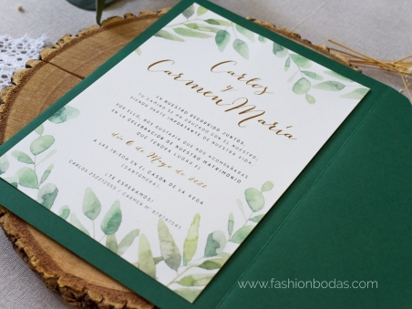 Invitaciones de boda naturales con hojas verdes de eucalipto y letras doradas
