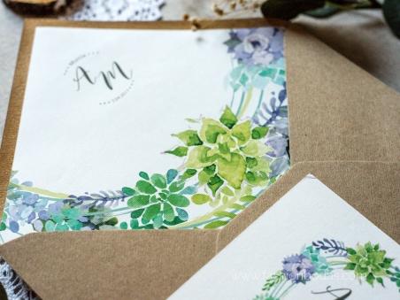 sobres kraft forrados con flores y hojas verdes para invitaciones de boda