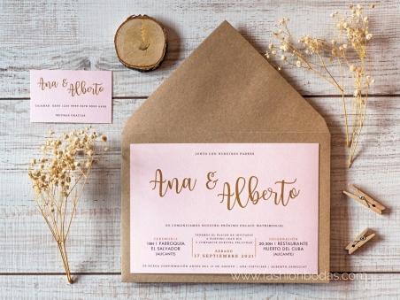 Invitaciones de boda sencilla y elegante rosa nude con letras doradas