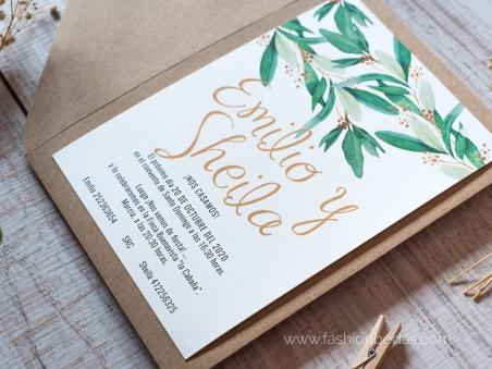 Invitaciones de boda naturales con hojas verdes de eucalipto y letras caligrafía dorada