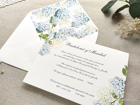 Invitaciones de boda clásicas con flores de hortensias azules y texto clásico tradicional