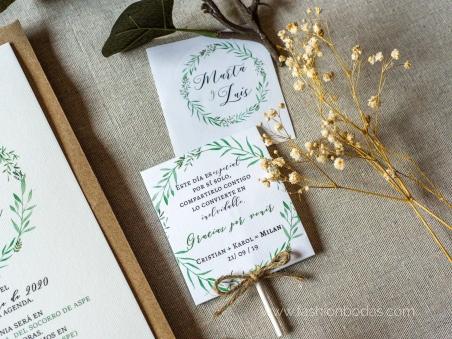 Invitaciones de boda original natural con corona de hojas verdes  y letras caligrafía modernas