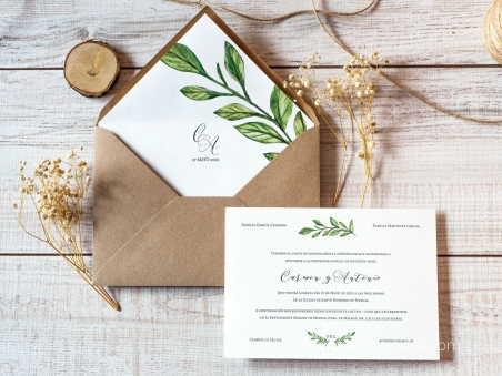 Invitaciones de boda clásicas con hojas verdes naturales y sobre forrado con rama y iniciales