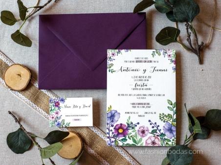 Invitaciones de boda rústicas con flores rosas y malvas, motivos florales y una letra moderna